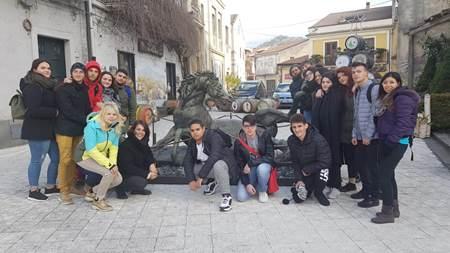 """Studenti del """"Wojtyla"""" a Linguaglossa per ammirare la mostra """"Francesco Messina. Segni e forme. La ricerca instancabile di una vita"""" con opere del grande scultore."""