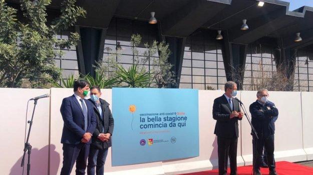 """Musumeci inaugurail nuovo hub vaccinale a Catania allestito all'interno dell'ex mercato ortofrutticolo """"Tappa della speranza"""""""