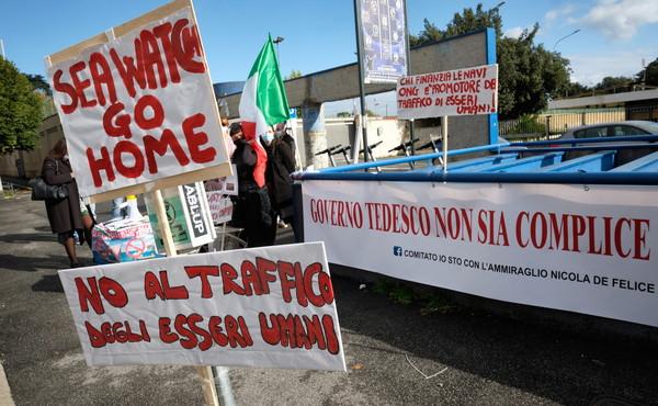 """Lampedusa, 2.400 sbarchi in due giorni. Il miliare sotto anonimato: """"Pericolo epidemie, temiamo di ammalarci"""""""