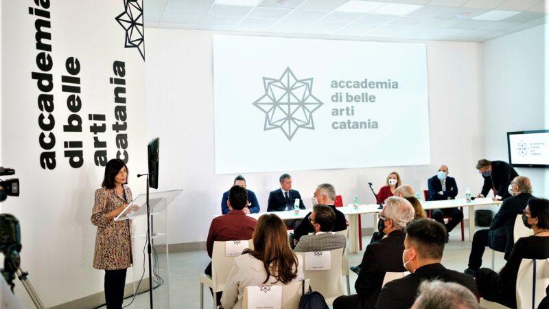 """""""Un'Accademia: potere dell'arte come sanificazione, bellezza, nel processo di costruzione della cittadinanza"""" monito della presidente Scalisi all'inaugurazione della nuova sede in via Franchetti"""