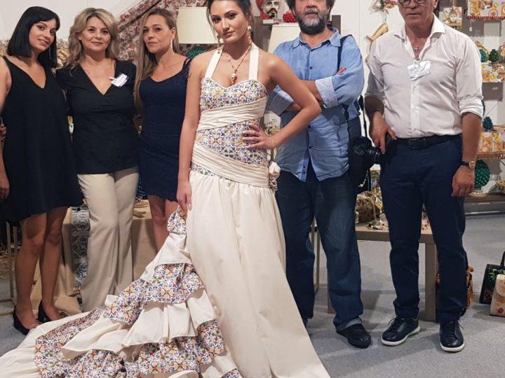 """Al Centro culturale fieristico """"Le Ciminiere"""" di Catania Gift Fair 21° edizione: successo per l'abito da sposa ispirato alla ceramica di Caltagirone"""